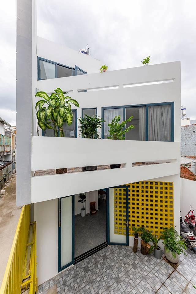 Ngôi nhà Việt đẹp thuyết phục dù xây trên mảnh đất với vô số khuyết điểm  - Ảnh 1.