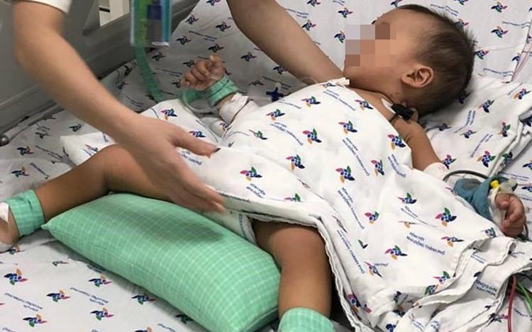 Thương tâm: Bé trai 15 tháng tuổi nguy kịch sau khi uống chai thuốc diệt cỏ cha mẹ trữ trong nhà vì tưởng nước ngọt