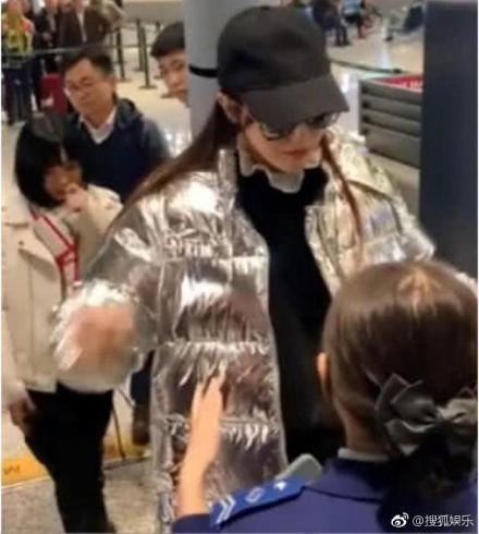 Phớt lờ quy định kiểm tra an ninh sân bay, Đường Yên đang củng cố tin đồn mang thai sau hơn 2 tháng kết hôn? - Ảnh 1.