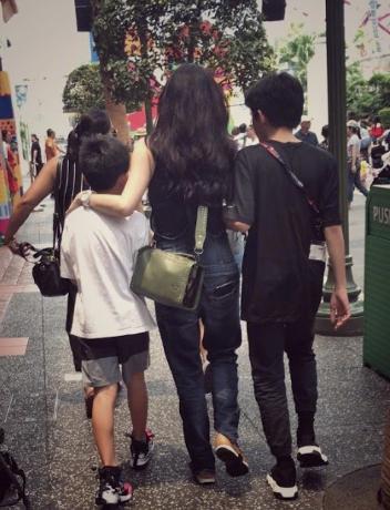 Trương Bá Chi xuất hiện cùng con trai lớn nhưng bị lầm tưởng là đôi tình nhân - Ảnh 1.