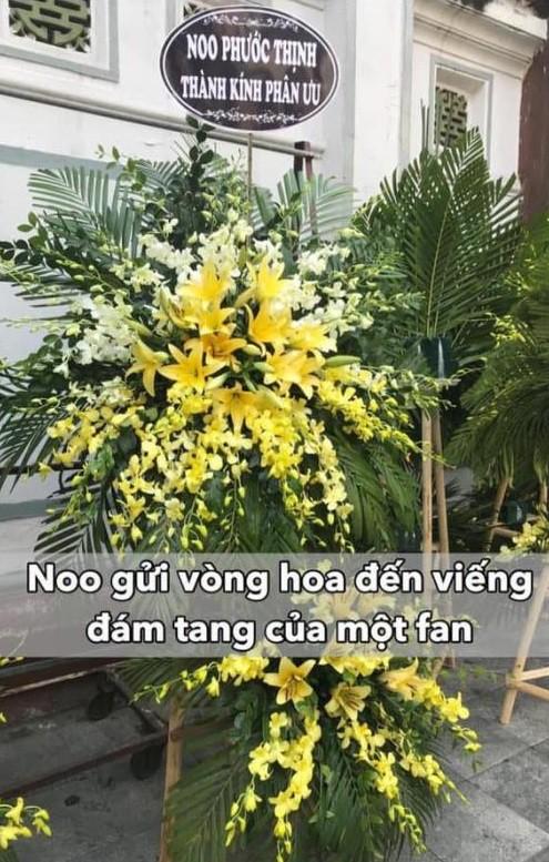 Noo Phước Thịnh khiến người hâm mộ ấm lòng khi dù bận vẫn gửi hoa đến viếng fan ruột qua đời vì ung thư - Ảnh 1.