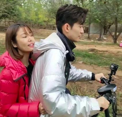 Lâm Tâm Như háo hức bám chặt áo Trương Hàn, tình tứ chạy xe đạp cùng đàn em kém 8 tuổi - Ảnh 3.