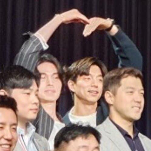 """Đi dự đám cưới bạn thân, cặp đôi """"Yêu tinh - Thần chết"""" Gong Yoo và Lee Dong Wook bắn tim đáng yêu, chiếm trọn """"spotlight"""" của cô dâu chú rể - Ảnh 3."""
