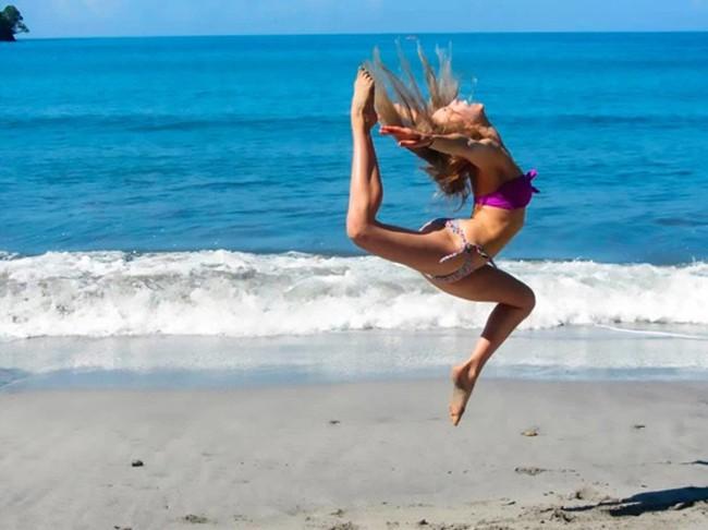 Vắt vẻo trên lan can tập yoga, cô gái trẻ không ngờ rằng chỉ vài giây sau mình đã ngã lộn cổ - Ảnh 2.