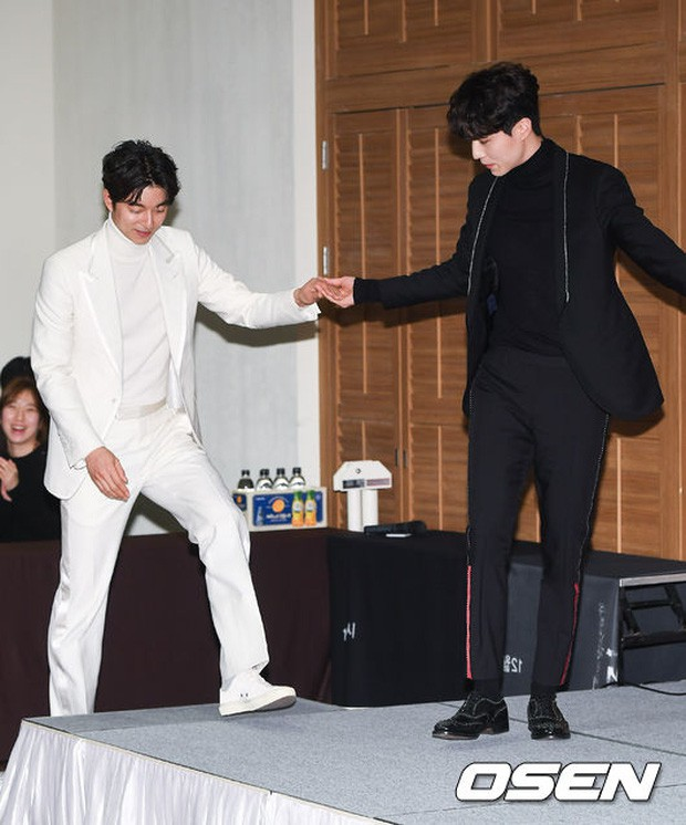 """Đi dự đám cưới bạn thân, cặp đôi """"Yêu tinh - Thần chết"""" Gong Yoo và Lee Dong Wook bắn tim đáng yêu, chiếm trọn """"spotlight"""" của cô dâu chú rể - Ảnh 5."""