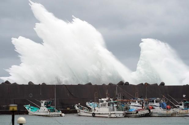 Rùng mình một loạt những khoảnh khắc tàn khốc cho thấy sự nguy hiểm của siêu bão Hagibis sắp càn quét Nhật Bản - Ảnh 2.