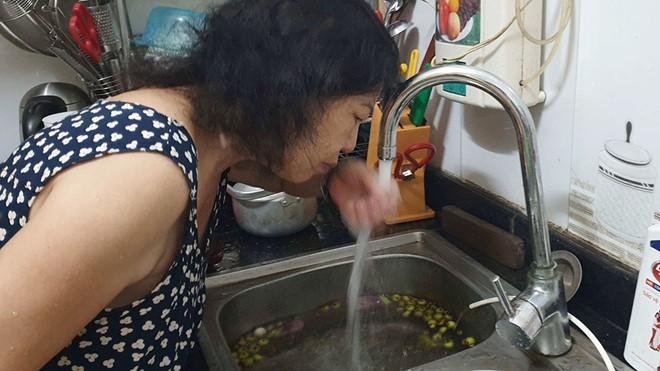 """Ăn uống, tắm giặt bằng """"nước sạch"""" nặng mùi hóa chất, người dân Hà Nội coi chừng nhập viện vì khó thở, tràn dịch màng phổi - Ảnh 1."""