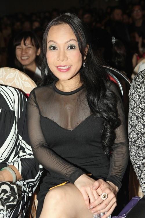 Việt Hương diện trang phục khoét sâu cổ, o ép vòng 1 trong tiệc sinh nhật tuổi 43 - Ảnh 3.