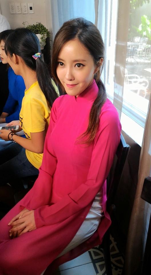 Cùng mặc áo dài Việt, dàn sao nữ ngoại quốc người được tung hô, kẻ bị chỉ trích - Ảnh 4.