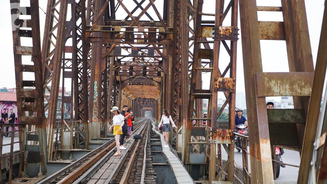 Hà Nội: Vứt tàn thuốc gây cháy dầm gỗ cầu Long Biên, nhóm nam thanh nữ tú vẫn vô tư chụp ảnh sống ảo trên ray tàu - Ảnh 2.