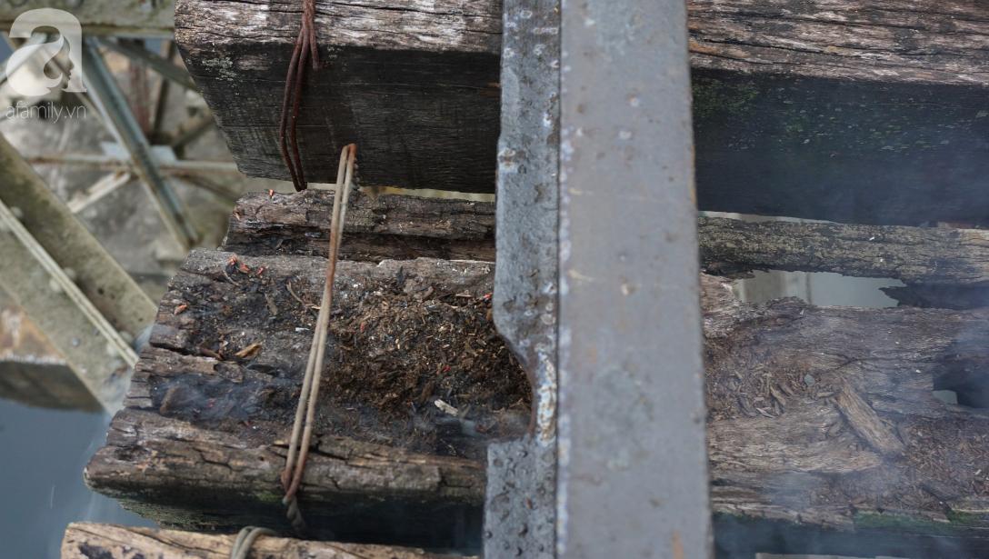 Hà Nội: Vứt tàn thuốc gây cháy dầm gỗ cầu Long Biên, nhóm nam thanh nữ tú vẫn vô tư chụp ảnh sống ảo trên ray tàu - Ảnh 3.