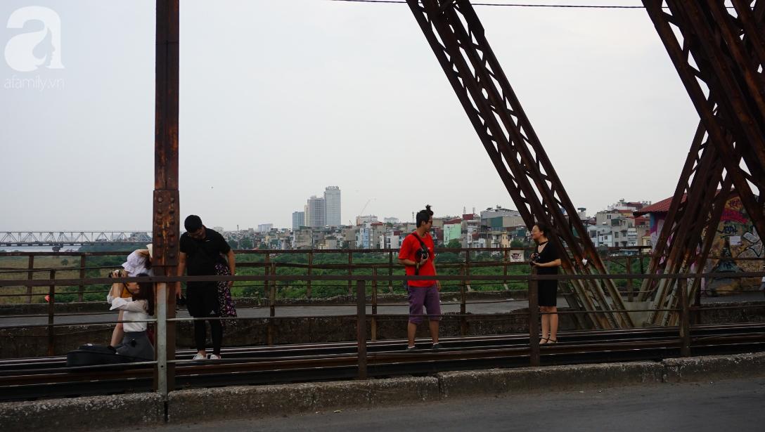 Hà Nội: Vứt tàn thuốc gây cháy dầm gỗ cầu Long Biên, nhóm nam thanh nữ tú vẫn vô tư chụp ảnh sống ảo trên ray tàu - Ảnh 9.