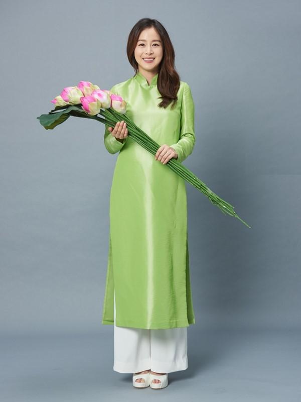 Cùng mặc áo dài Việt, dàn sao nữ ngoại quốc người được tung hô, kẻ bị chỉ trích - Ảnh 3.