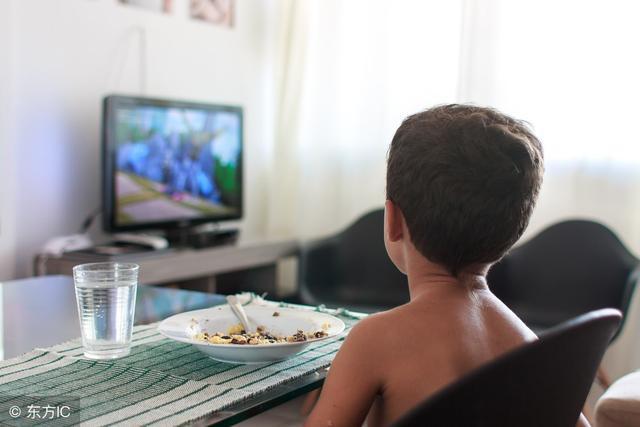 Bé ăn chậm, đòi xem tivi khi ăn cơm thì có vài tuyệt chiêu cha mẹ cần áp dụng ngay - Ảnh 1.