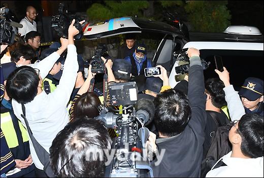 NÓNG: Cảnh sát di chuyển thi thể Sulli cùng với các chứng cứ, truyền thông vây kín không còn một khe hở - Ảnh 2.
