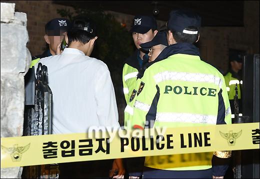 NÓNG: Cảnh sát di chuyển thi thể Sulli cùng với các chứng cứ, truyền thông vây kín không còn một khe hở - Ảnh 3.