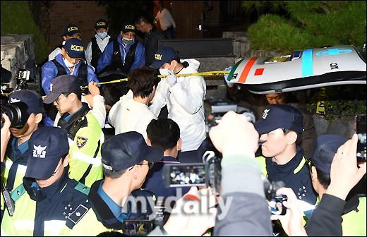 NÓNG: Cảnh sát di chuyển thi thể Sulli cùng với các chứng cứ, truyền thông vây kín không còn một khe hở - Ảnh 4.