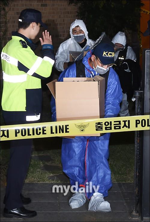 NÓNG: Cảnh sát di chuyển thi thể Sulli cùng với các chứng cứ, truyền thông vây kín không còn một khe hở - Ảnh 5.