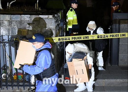 NÓNG: Cảnh sát di chuyển thi thể Sulli cùng với các chứng cứ, truyền thông vây kín không còn một khe hở - Ảnh 6.