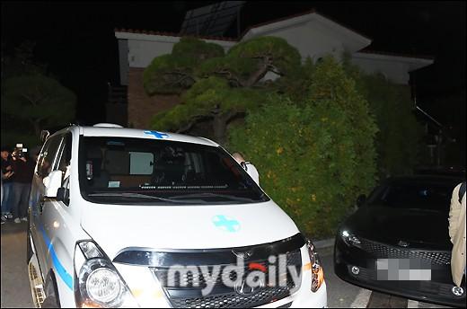 NÓNG: Cảnh sát di chuyển thi thể Sulli cùng với các chứng cứ, truyền thông vây kín không còn một khe hở - Ảnh 8.