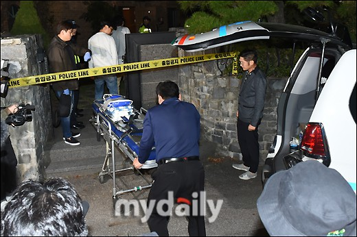 NÓNG: Cảnh sát di chuyển thi thể Sulli cùng với các chứng cứ, truyền thông vây kín không còn một khe hở - Ảnh 9.