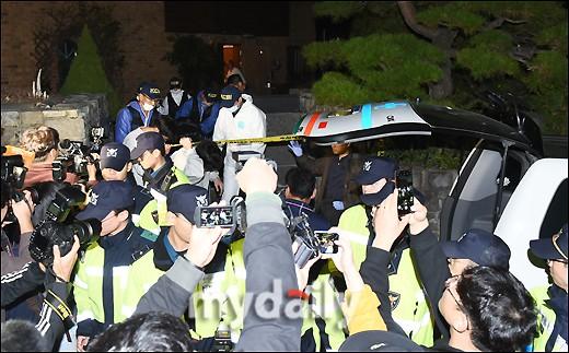 NÓNG: Cảnh sát di chuyển thi thể Sulli cùng với các chứng cứ, truyền thông vây kín không còn một khe hở - Ảnh 1.