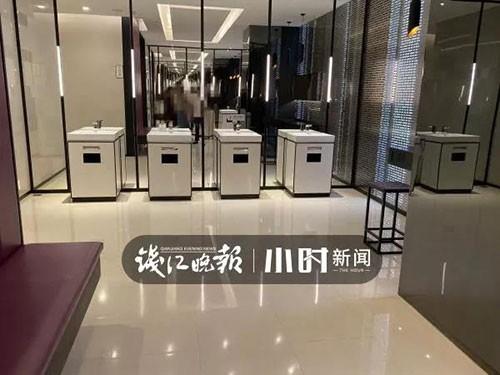 """Nhà vệ sinh trong trung tâm thương mại ở Hàng Châu bị một nhóm phụ nữ """"chiếm giữ"""" hàng giờ vì một lý do không ai ngờ - Ảnh 1."""