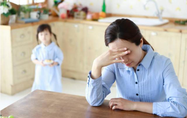 """Nghe tin con gái bị khóa trái cửa trong lớp nên gãy tay, tôi tức giận mắng vợ thì bác sĩ lại bảo: """"Vợ cậu cũng cần khám"""" khiến tôi hoang mang tột độ - Ảnh 2."""