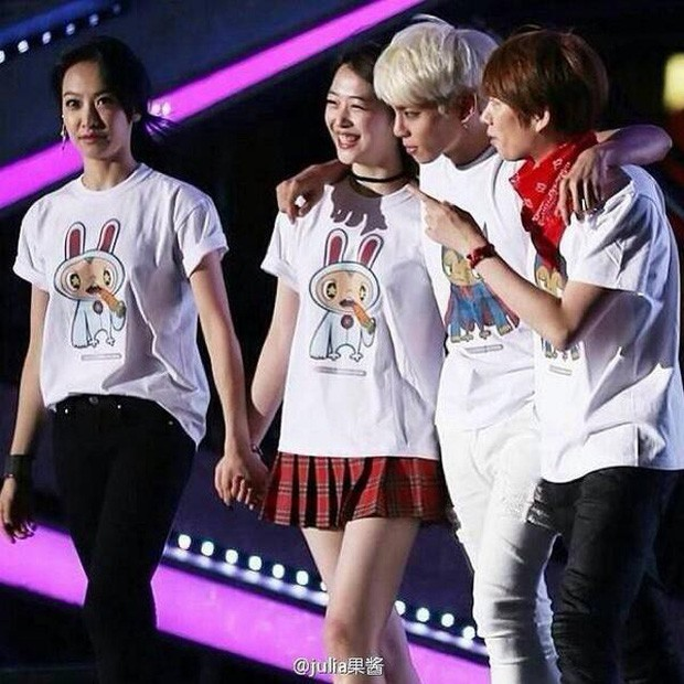 Loạt ảnh hiếm hoi của Sulli và Jonghyun đứng cùng nhau trên sân khấu khiến người hâm mộ bật khóc - Ảnh 1.