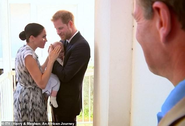 """Meghan Markle bị chỉ trích là lố bịch khi dùng con trai để """"chiếm sóng"""" chuyến đi công du của chị dâu Kate, nhìn mặt cậu bé mới đáng thương - Ảnh 3."""