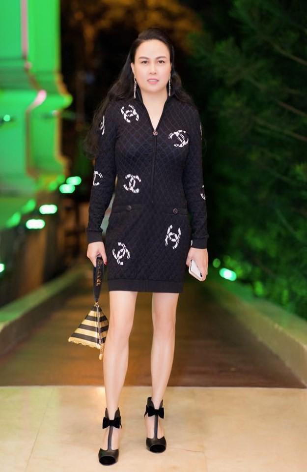 """Nhìn Phượng Chanel đụng hàng """"bà mẹ hot nhất Hollywood"""" mới thấy: Chi tiền tỷ sắm hàng hiệu cũng không quan trọng bằng việc này - Ảnh 3."""