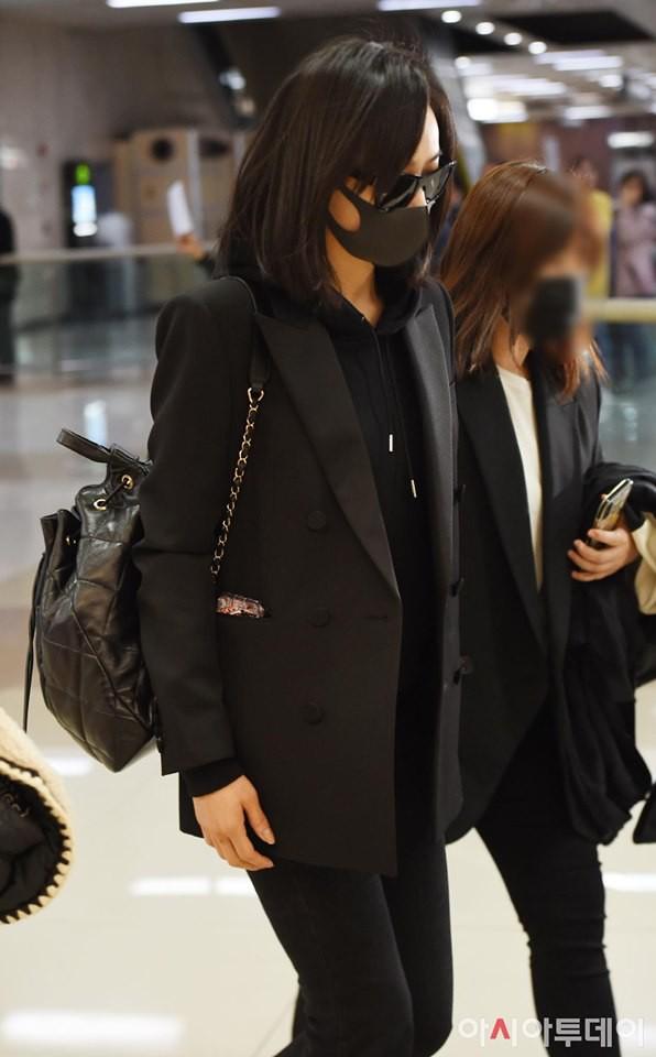 Sau Amber, cựu trưởng nhóm F(x) Victoria Song xuất hiện ở sân bay Hàn Quốc mặt cúi gằm buồn bã vì sự ra đi của Sulli - Ảnh 1.