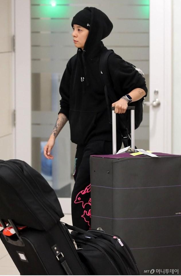 Amber F(x) gương mặt thất thần, vội vàng di chuyển sau khi đáp chuyến bay về Hàn Quốc với Sulli - Ảnh 4.