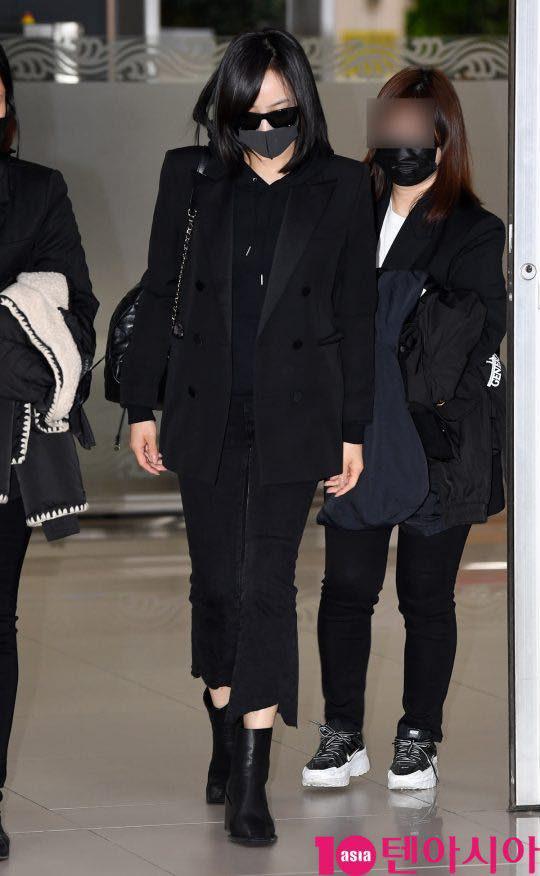 Sau Amber, cựu trưởng nhóm F(x) Victoria Song xuất hiện ở sân bay Hàn Quốc mặt cúi gằm buồn bã vì sự ra đi của Sulli - Ảnh 3.