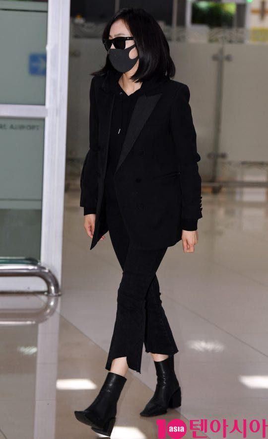 Sau Amber, cựu trưởng nhóm F(x) Victoria Song xuất hiện ở sân bay Hàn Quốc mặt cúi gằm buồn bã vì sự ra đi của Sulli - Ảnh 4.