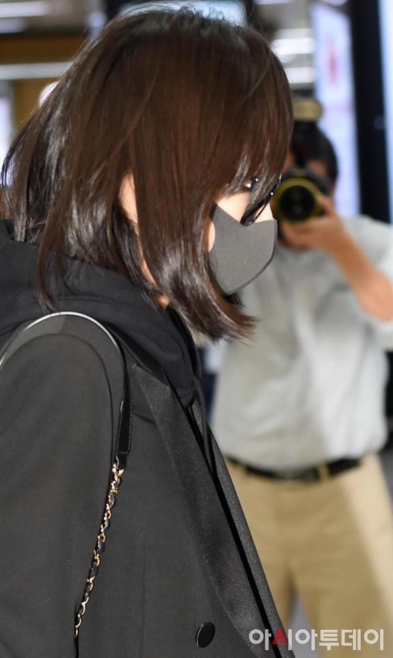 Sau Amber, cựu trưởng nhóm F(x) Victoria Song xuất hiện ở sân bay Hàn Quốc mặt cúi gằm buồn bã vì sự ra đi của Sulli - Ảnh 7.