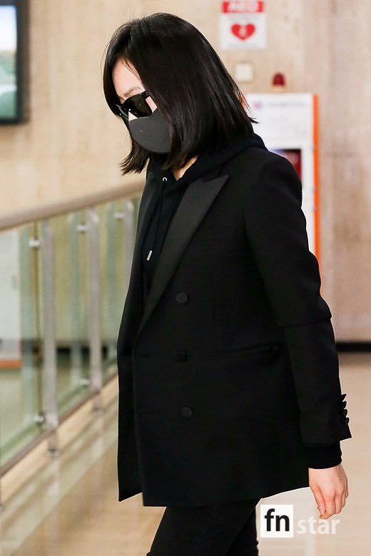 Sau Amber, cựu trưởng nhóm F(x) Victoria Song xuất hiện ở sân bay Hàn Quốc mặt cúi gằm buồn bã vì sự ra đi của Sulli - Ảnh 8.