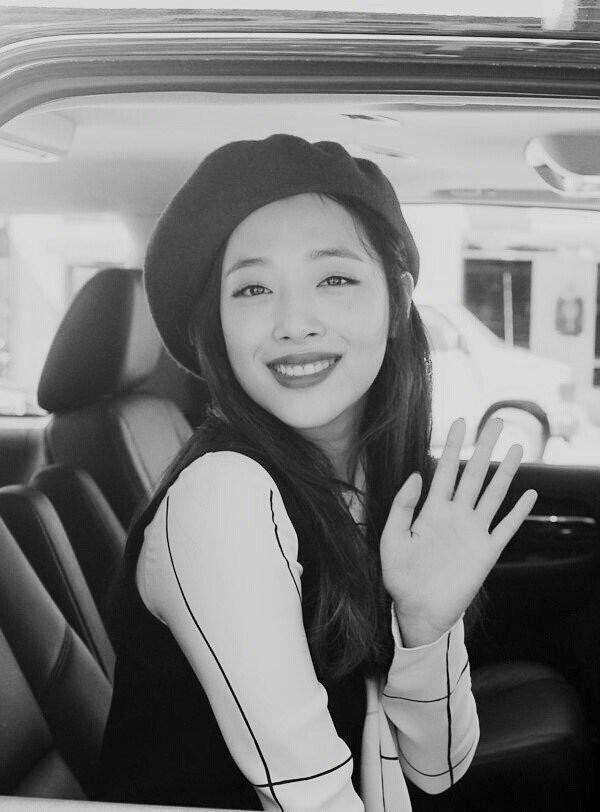 """Độc quyền fan Việt của Sulli tại Hàn Quốc xót xa tới đưa tiễn thần tượng lần cuối: """"Đặt bông hoa cúc trắng xuống mà nước mắt rơi không ngừng""""  - Ảnh 1."""