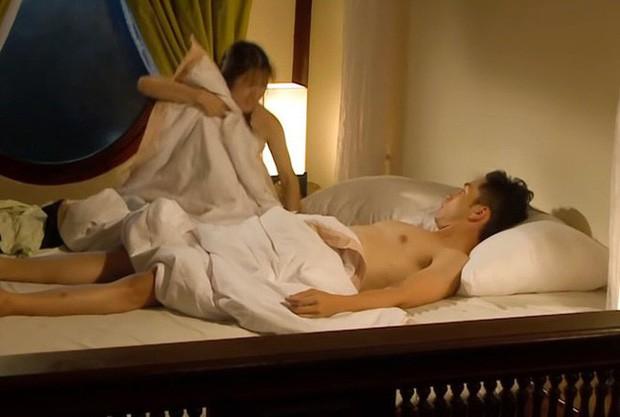 """""""Tiếng sét trong mưa"""": Cảnh Xuân ngủ với Phượng đã đến, lại còn bị mẹ kế và con trai Thị Bình bắt quả tang  - Ảnh 3."""