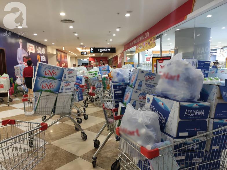 Người dân Hà Nội quét sạch các siêu thị để tích trữ nước sạch - Ảnh 1.