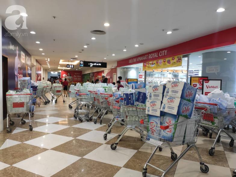 Người dân Hà Nội quét sạch các siêu thị để tích trữ nước sạch - Ảnh 2.