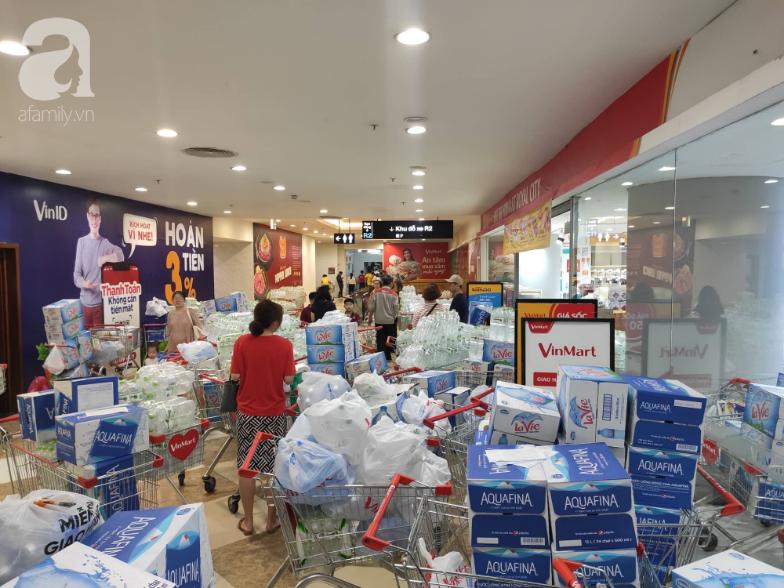 Người dân Hà Nội quét sạch các siêu thị để tích trữ nước sạch - Ảnh 3.