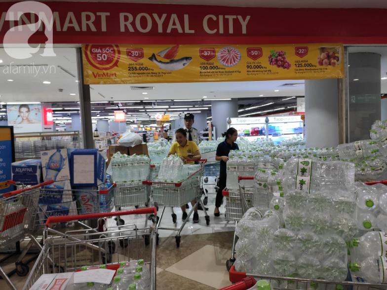 Người dân Hà Nội quét sạch các siêu thị để tích trữ nước sạch - Ảnh 4.
