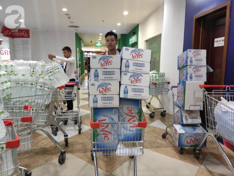 Người dân Hà Nội quét sạch các siêu thị để tích trữ nước sạch - Ảnh 5.