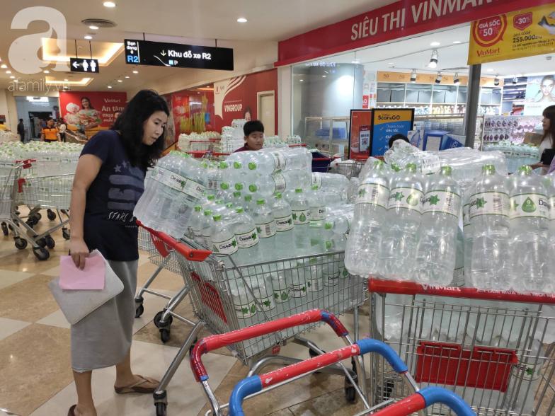 Người dân Hà Nội quét sạch các siêu thị để tích trữ nước sạch - Ảnh 6.