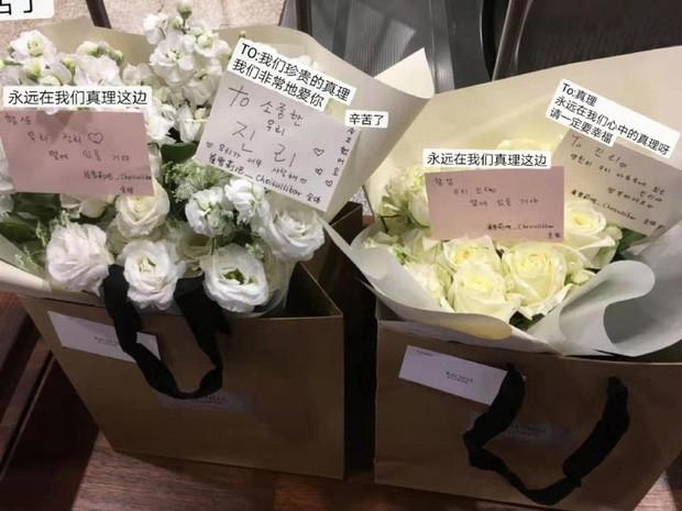 Hình ảnh xúc động nhất trước lúc Sulli được đưa tới nghĩa trang: 26 bông tượng trưng cho số tuổi, hoa hồng trắng mong em an nghỉ nơi thiên đường - Ảnh 1.