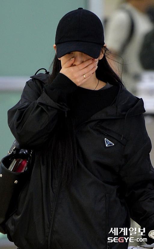 Goo Hara xuất hiện với gương mặt tiều tụy cùng đôi mắt sưng húp vì khóc thương người em thân thiết Sulli - Ảnh 3.