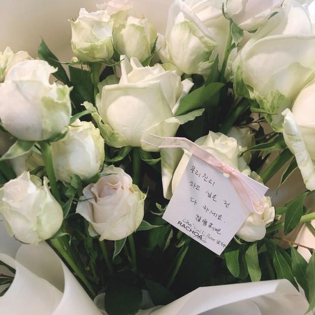 Hình ảnh xúc động nhất trước lúc Sulli được đưa tới nghĩa trang: 26 bông tượng trưng cho số tuổi, hoa hồng trắng mong em an nghỉ nơi thiên đường - Ảnh 2.