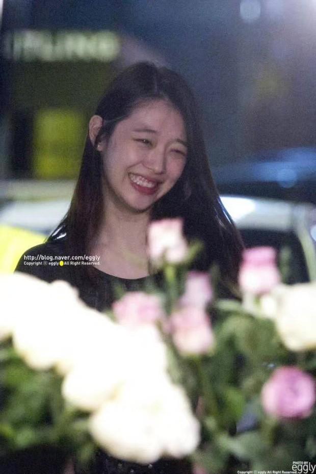 Hình ảnh xúc động nhất trước lúc Sulli được đưa tới nghĩa trang: 26 bông tượng trưng cho số tuổi, hoa hồng trắng mong em an nghỉ nơi thiên đường - Ảnh 3.