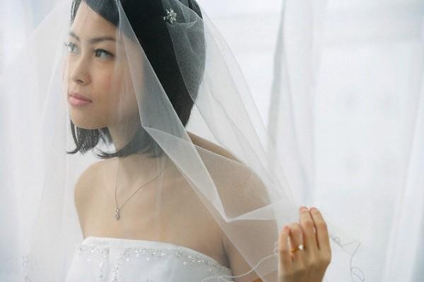 Vào ngày cưới, tôi tắt ngấm nụ cười khi thấy mẹ chồng mặc váy cưới tiến vào lễ đường nhưng câu nói của bà mới khiến tôi sửng sốt hoang mang - Ảnh 1.